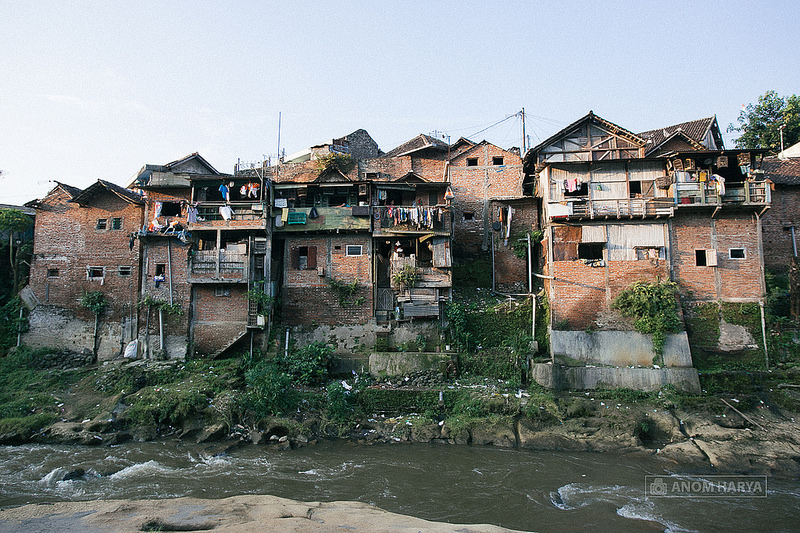 В Индонезии за 22 тысячи долларов превратили трущобы в радужный уголок (12 фото)