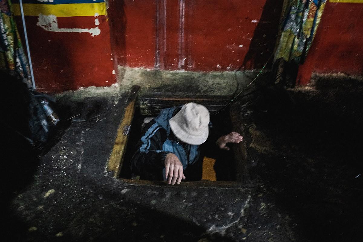 34. В пещеру нужно спускаться по лестнице.