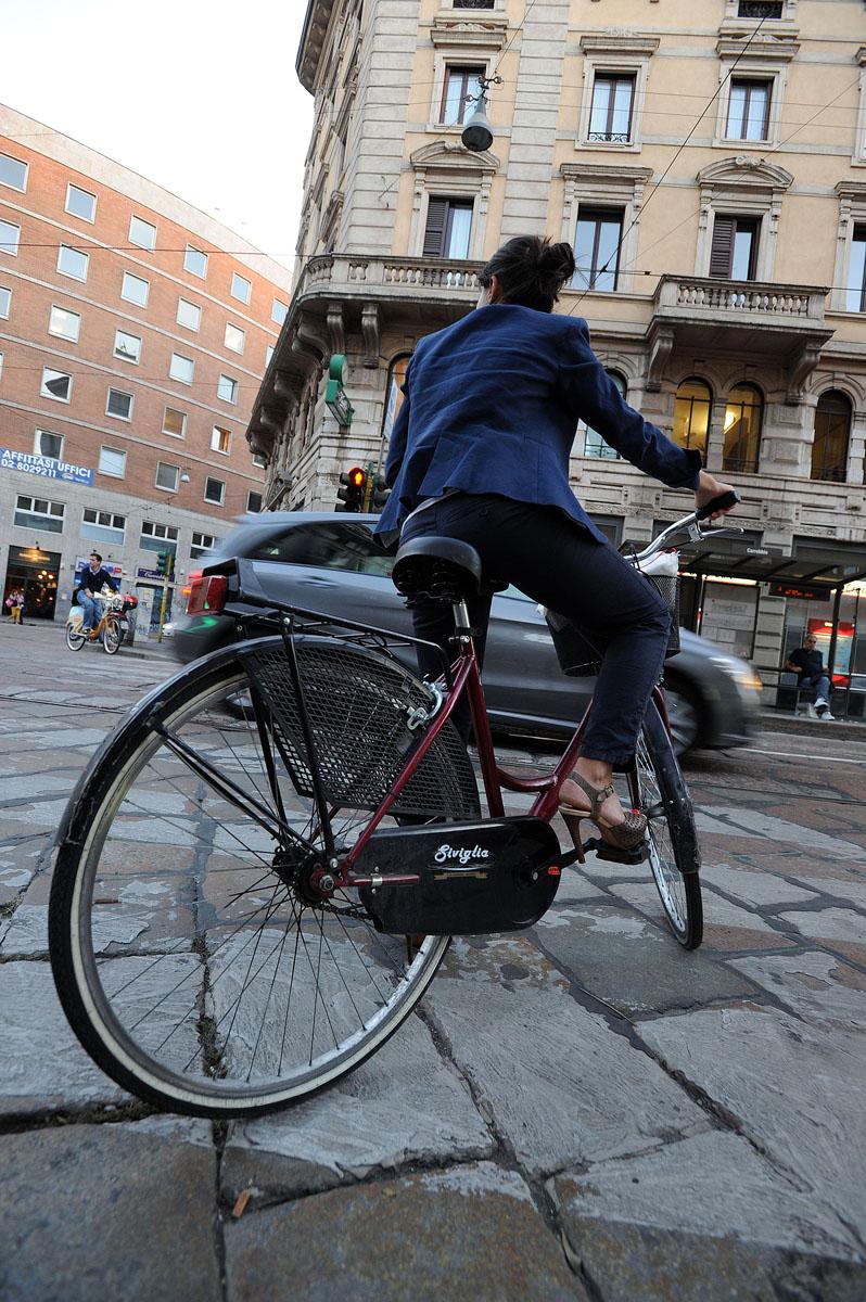 43. Что меня поражает и восхищает в дамах Милана, так это то, что даже на велосипеде они не отказыва