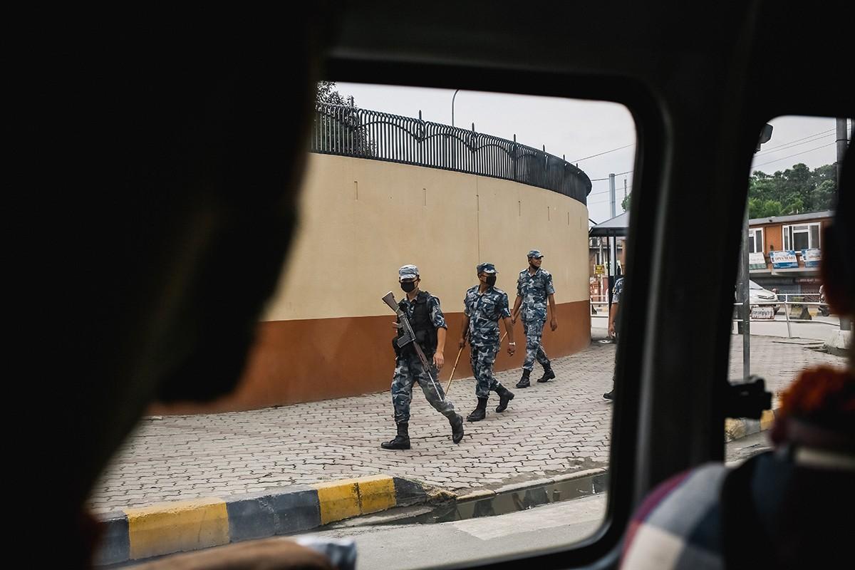 4. В Непале почти военное положение из-за недавних конфликтов маоистов против короля Гьянендры. Коро