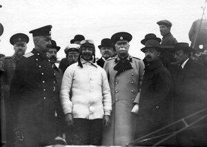 Летчик Адольф Пегу (в белом свитере) в окружении членов Императорского Всероссийского аэроклуба