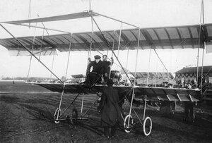 Авиатор М.Н.Ефимов с пассажиркой на биплане перед началом полета.