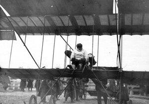 Авиатор С.И.Уточкин в аэроплане перед полетом во время праздника.