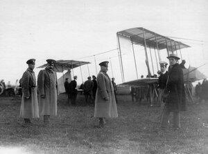 Группа участников праздника у аэроплана.