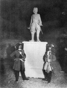 Группа участников карнавала у гипсовой статуи Петра