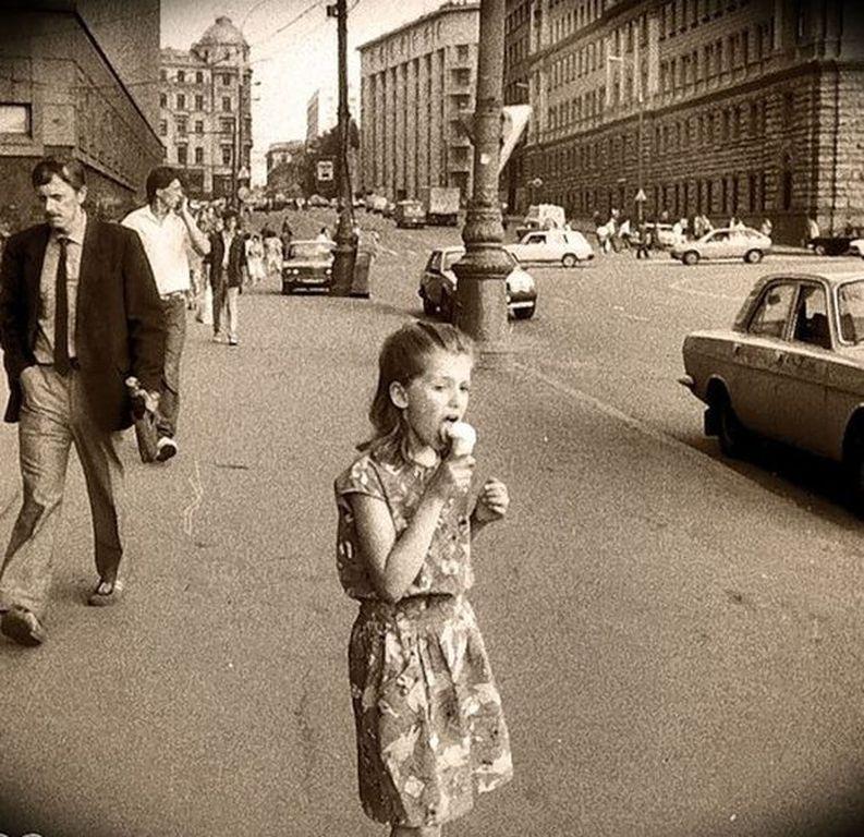 24615 Девочка и пломбир около универмага «Детский Мир» Александр Драло 92.jpg
