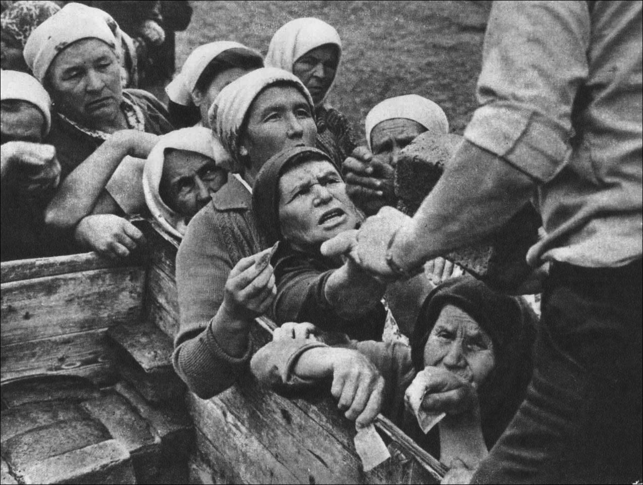 1960-е. Очередь за хлебом в деревне