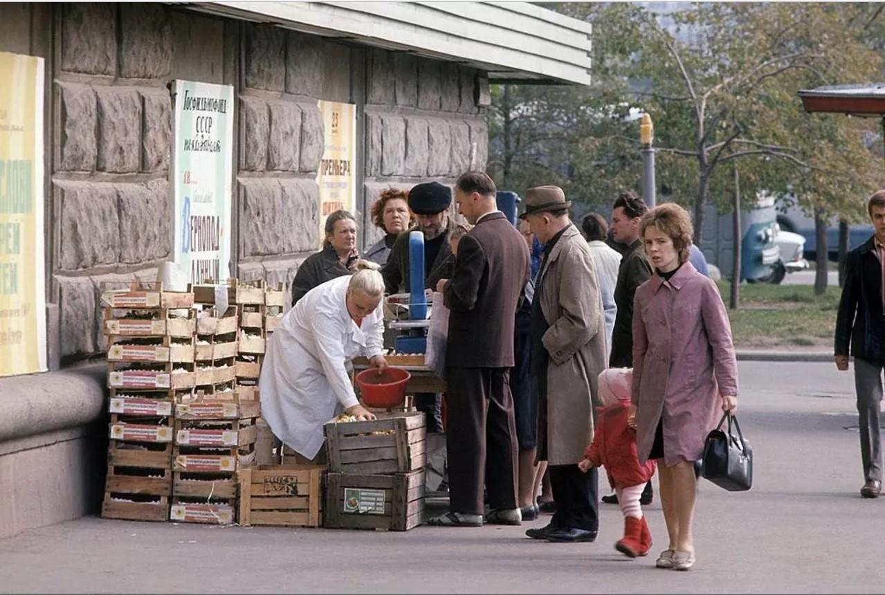 1972. Очередь за фруктами. Улица Тимура Фрунзе. Москва