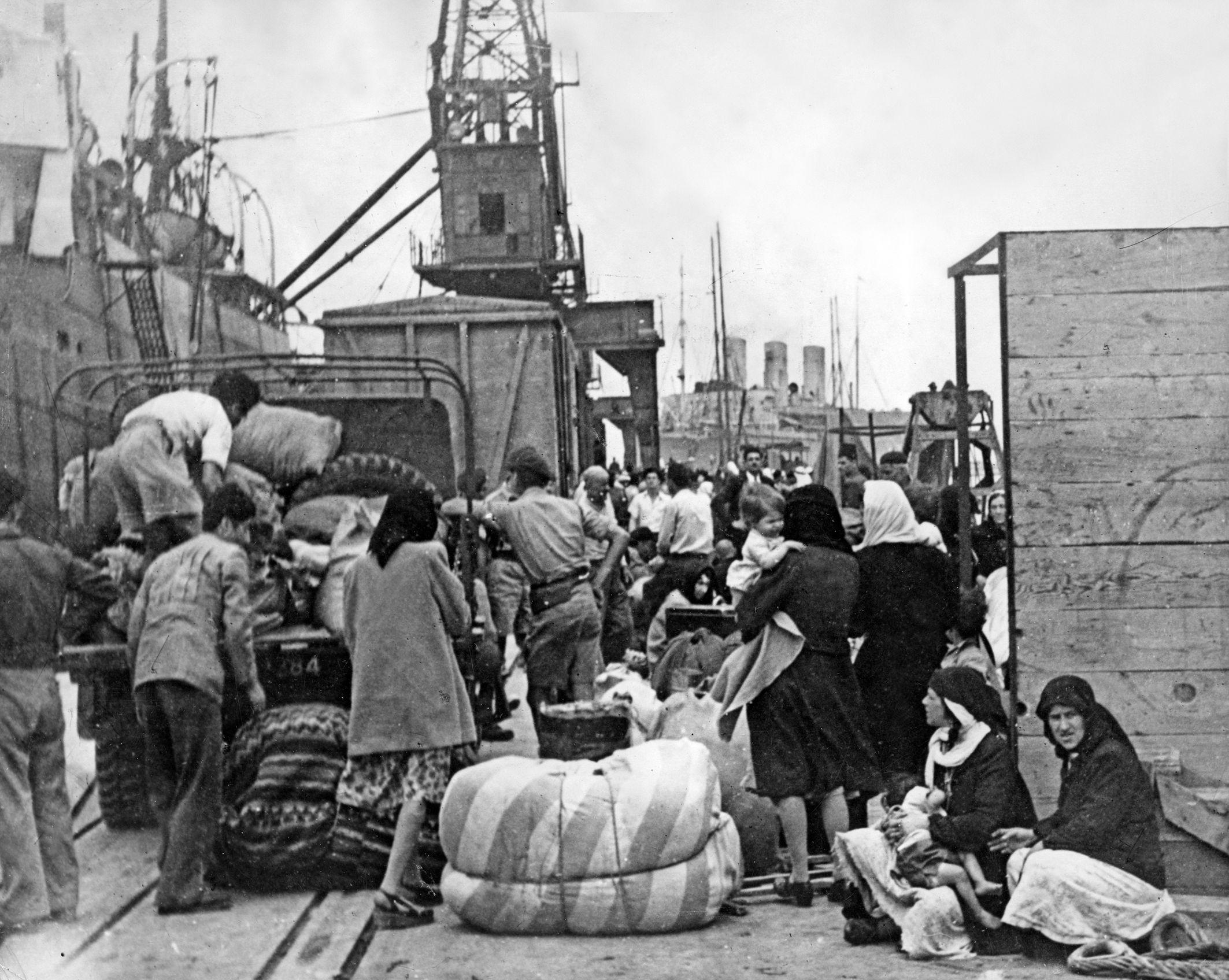 Палестинские арабы бегут через порт Хайфы во время войны за Независимость