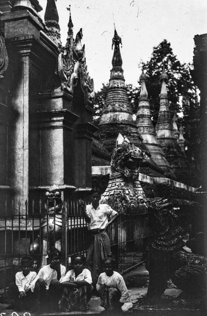848. Мандалай. Королевский дворец. Фигуры животных у входа