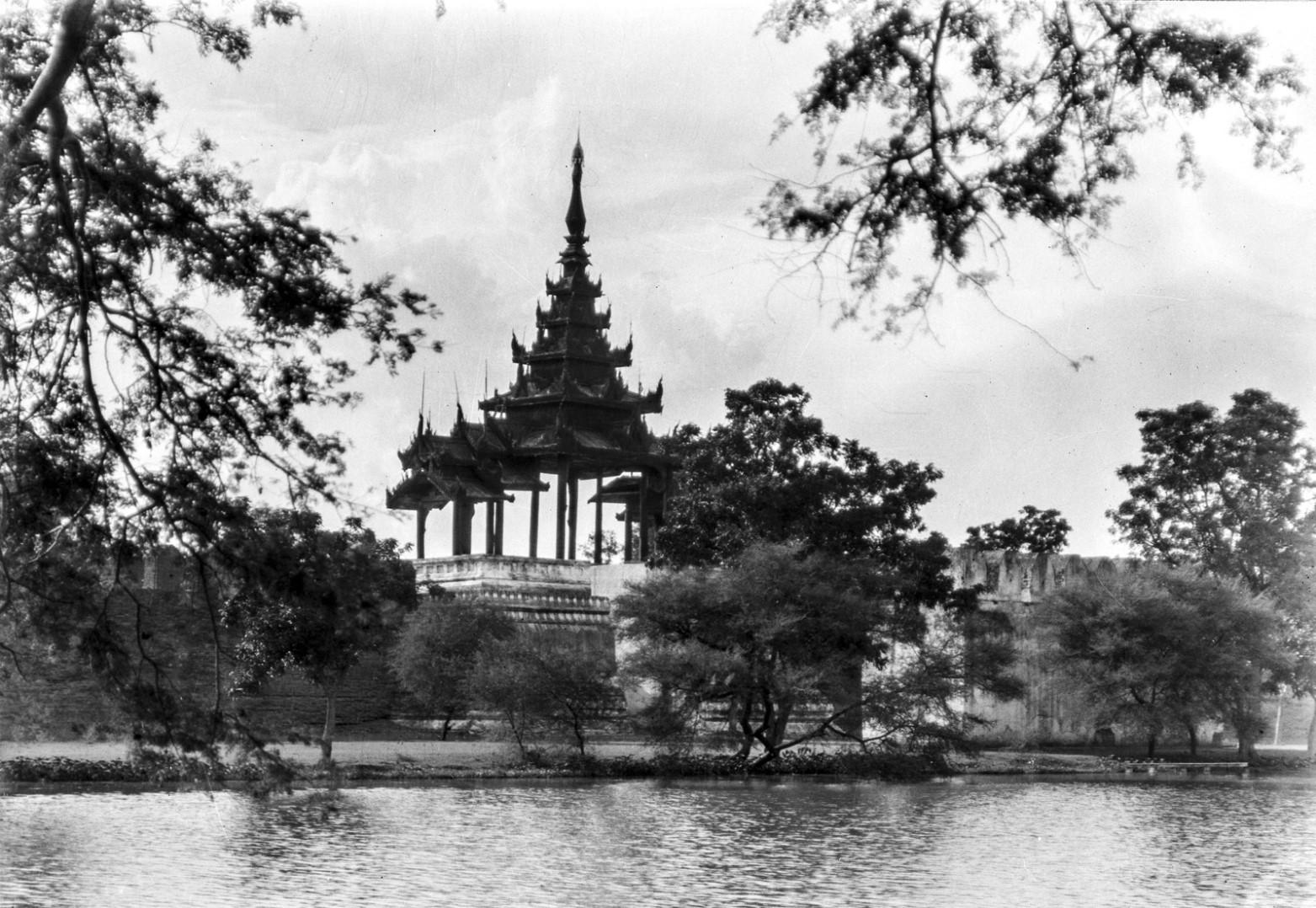 858. Мандалай. Королевский дворец. Вид пагоды с мостом
