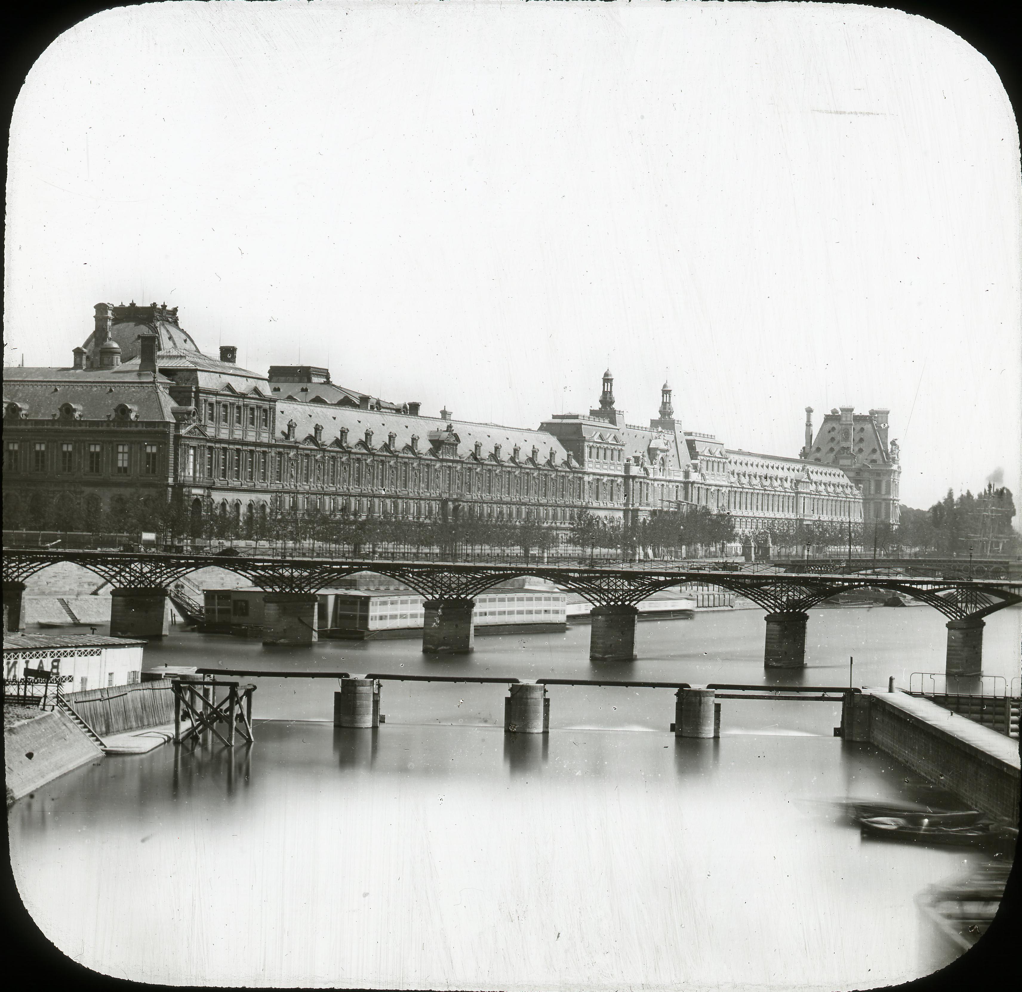Вид на Лувр с реки