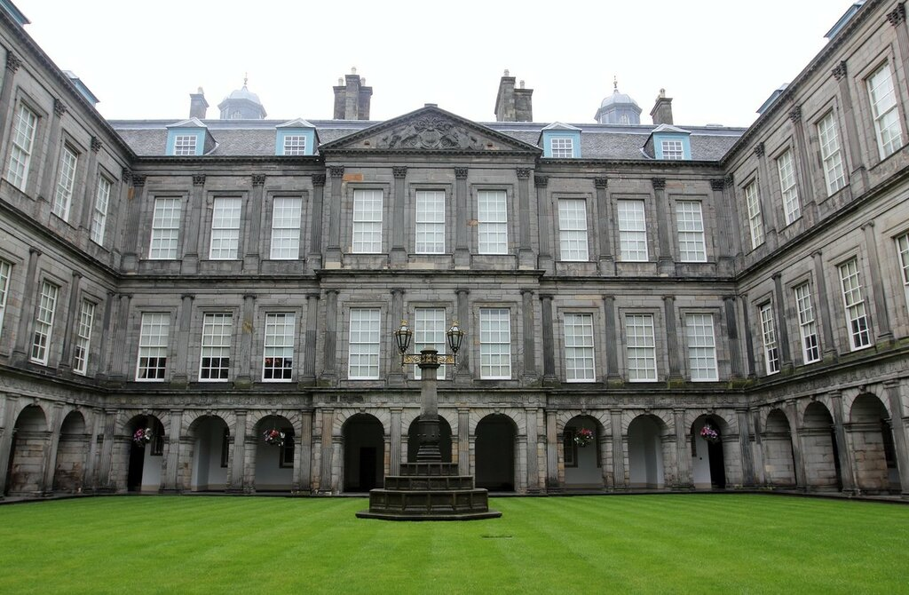 quadrangle_of_the_palace_at_holyroodhouse_by_high_tech_redneck-d57j4zu.jpg