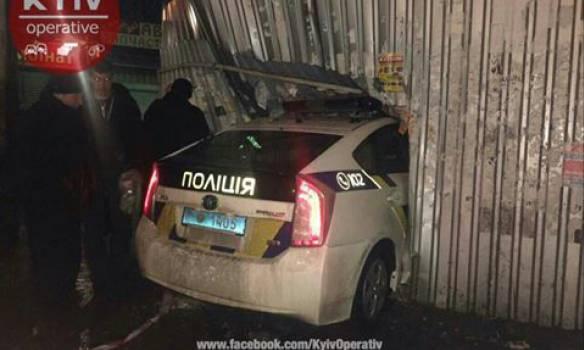 В Киеве полицейский автомобиль врезался в киоск. ФОТО