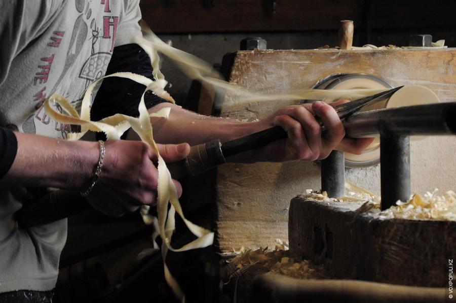 7. Нижнюю часть матрешки точат из сухого дерева, которое сохло несколько лет. Верхнюю часть – из сыр