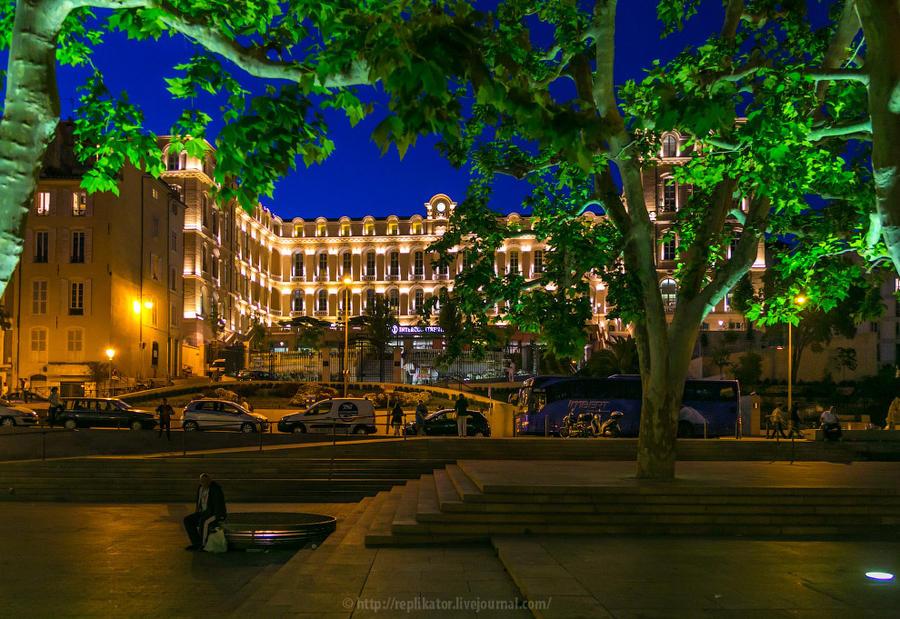 18. На Rue des Olives деревья вечерами красиво подсвечиваются снизу.