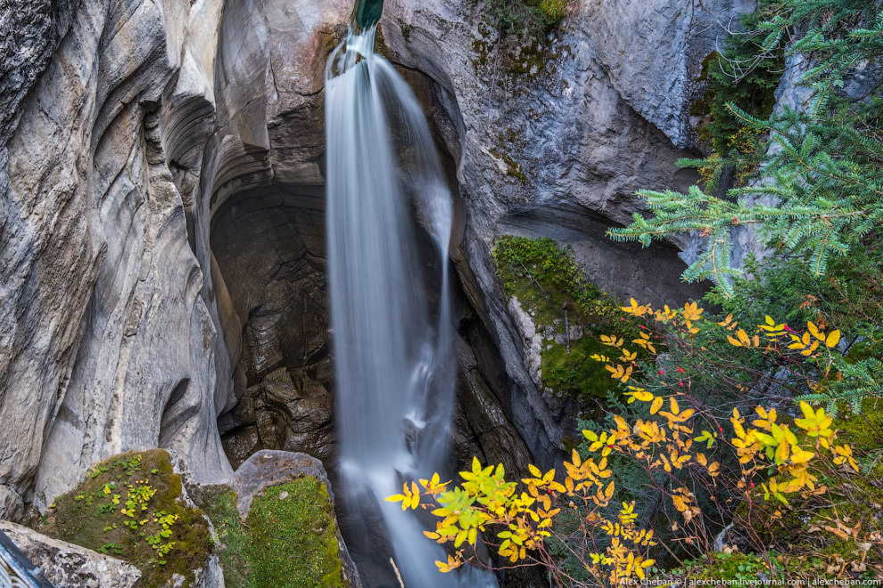 40. Малайн — озеро в Национальном парке Джаспер, расположенном в Канадских Скалистых горах на т
