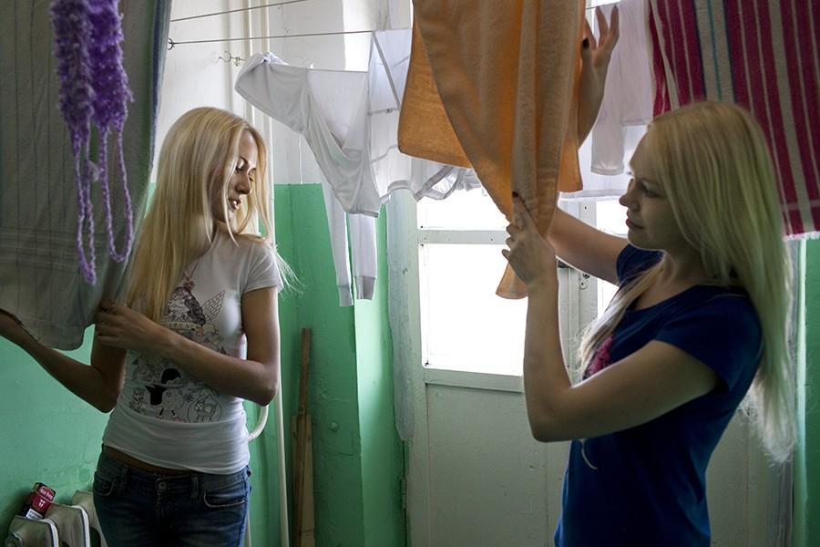 20. Любовь Белоусова (слева) и Мария Кудрявцева в студенческом общежитии.