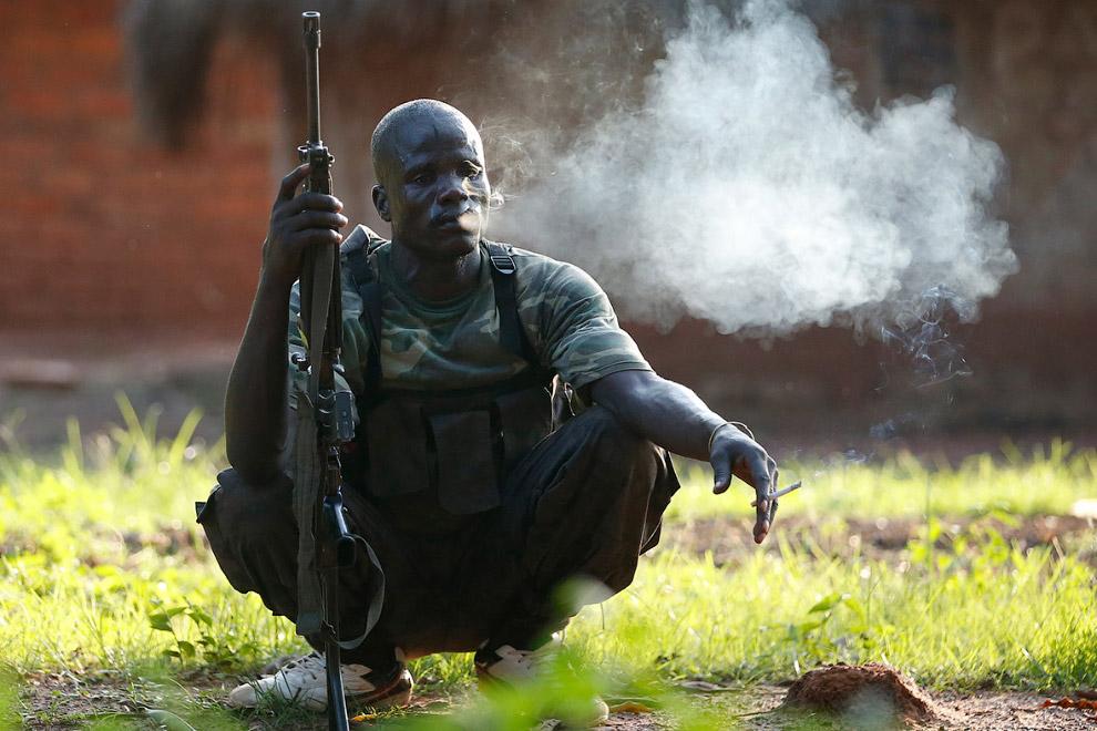 5. Члены племени Пель. Без холодного оружия здесь не принято. Центральная Африка, 4 июня 2014.
