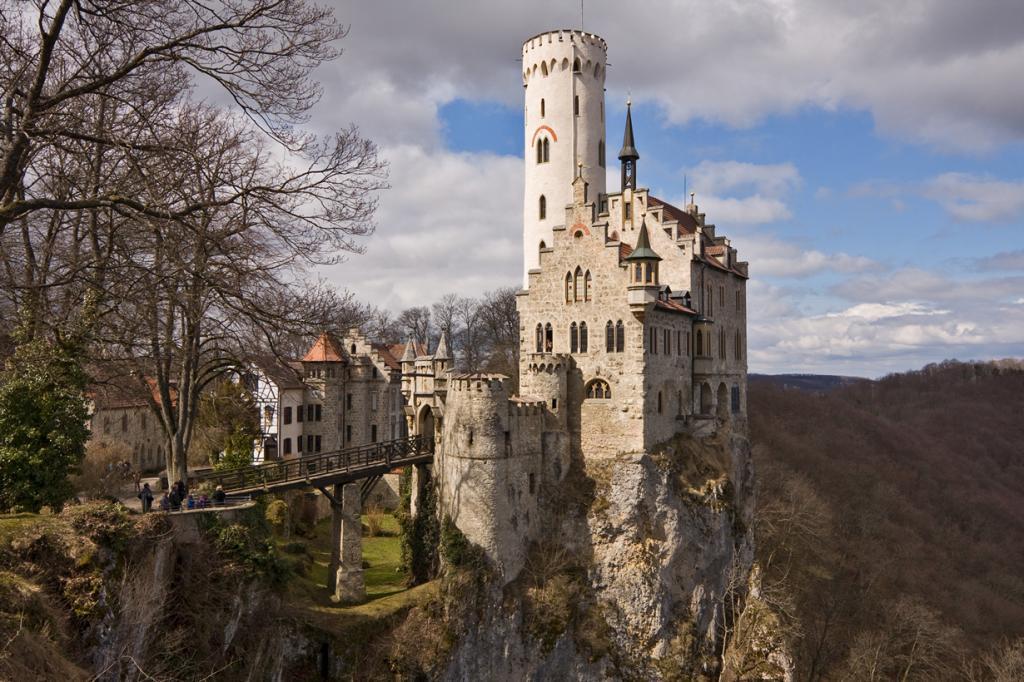 6 место. Замок Лихтенштайн. Расположен в Хонау в земле Баден-Вюртемберг. Время строительства — 1