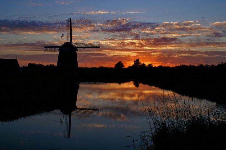 Или закат на фоне ветряной мельницы.