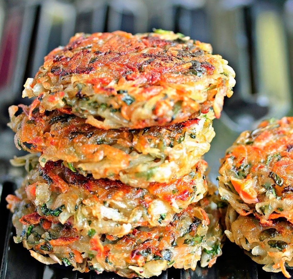 Драники со шпинатом и морковью Ингредиенты: 3 картофелины 1/2 стакана свежего шпината 1/2 луковицы 1