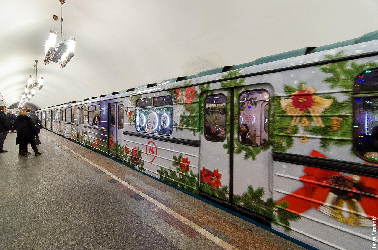 Новогодний вагон в метро фото