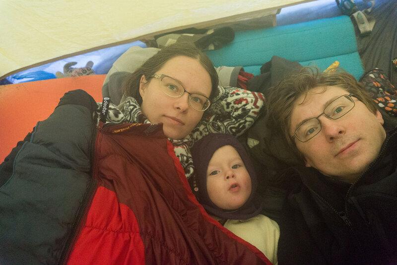 сон с ребенком зимой в палатке в состегнутых спальниках
