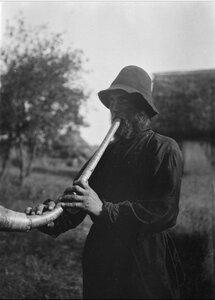 Ручьи. Бывший пастух Алексей дудит в рожок