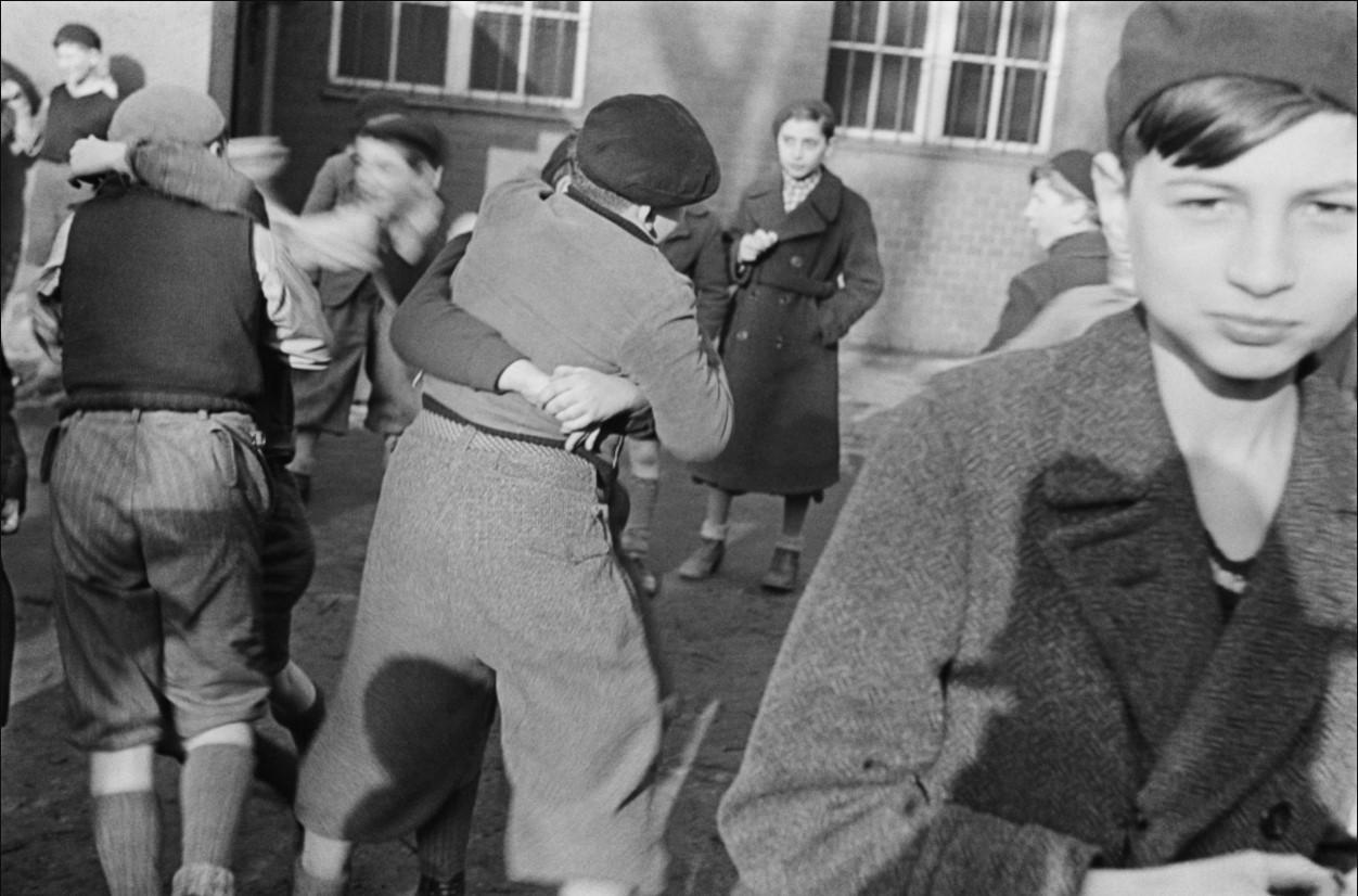 1935. Дети борются возле еврейского пункта раздачи бесплатного супа. Берлин