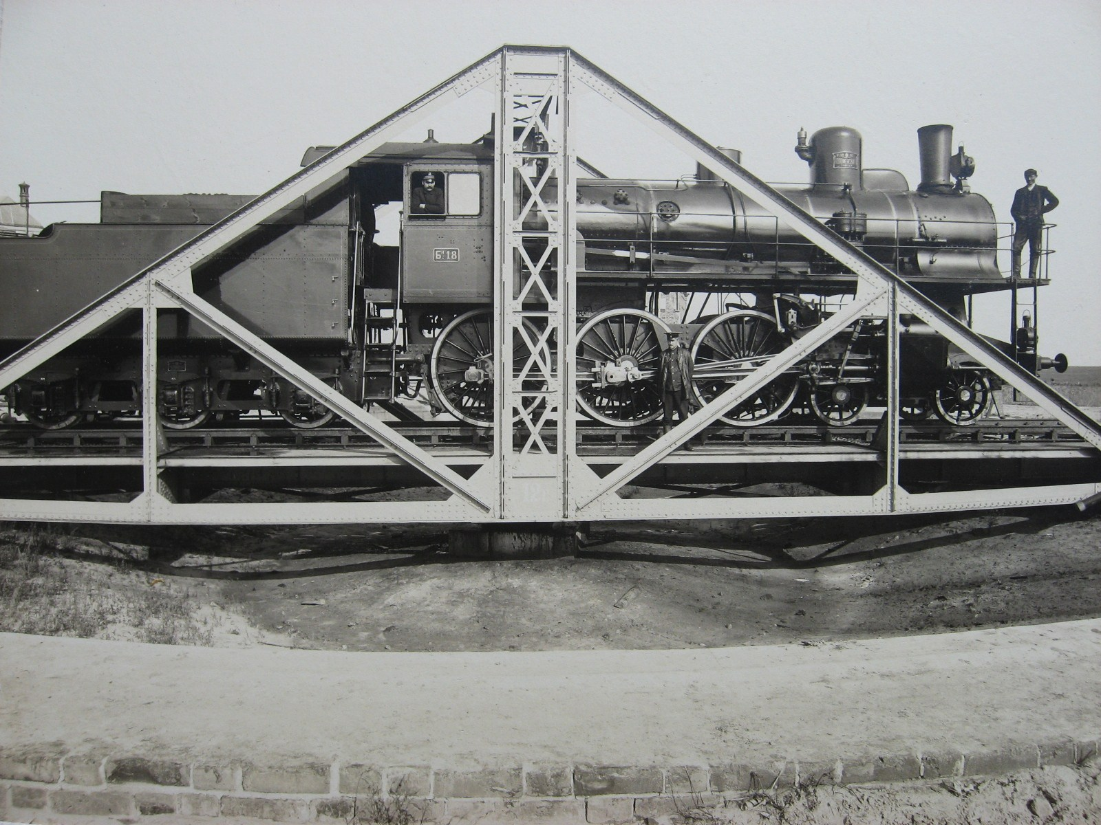10. Пассажирский паровоз в депо Муром