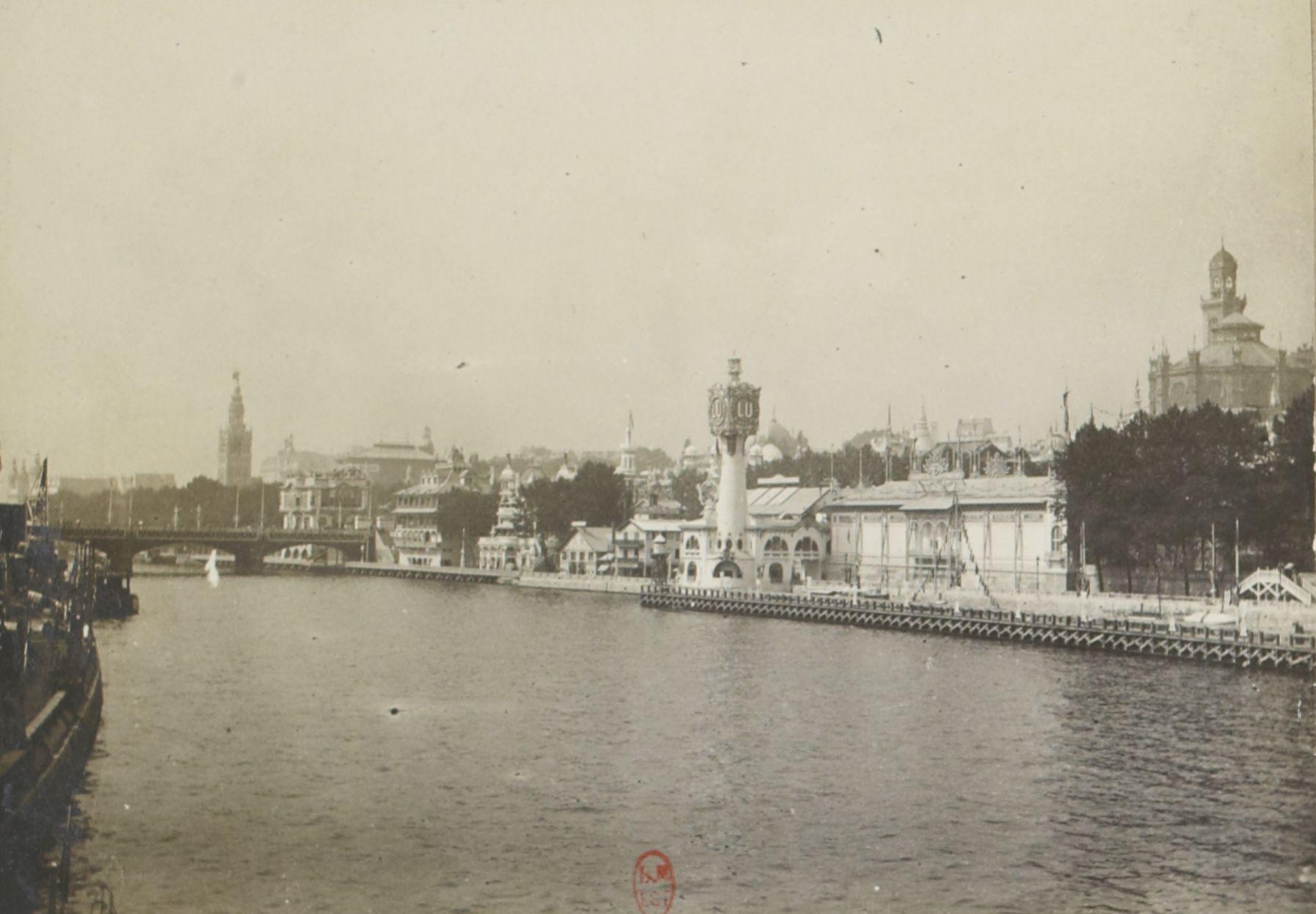Вид с реки Сены