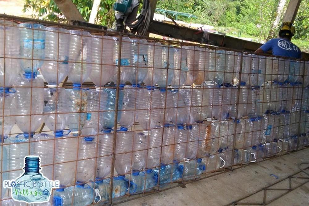 Поселение с домами из пластиковых бутылок