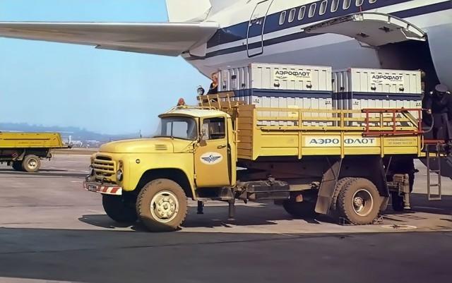 Верхнеклапанный двигатель V8 по конструкции был схож с двигателем лимузина ЗИЛ-111. Однако на 130-м