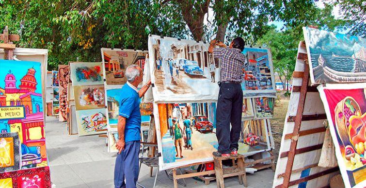 Здесь продаются картины и сувениры от местных мастеров. На рынке можно торговаться, хотя цены на