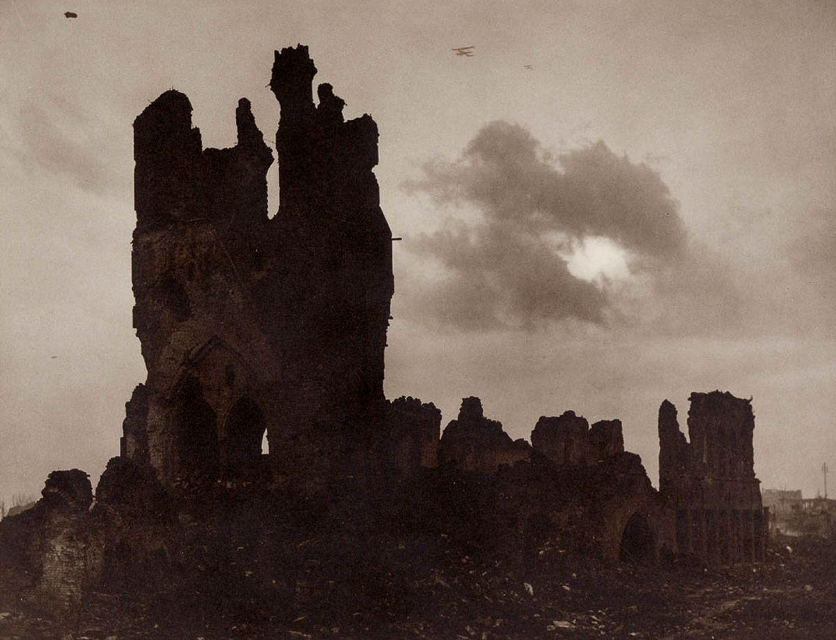 """Руины ипрского кафедрального собора """"Это странное, страшное и тяжелое зрелище, но в нем есть к"""