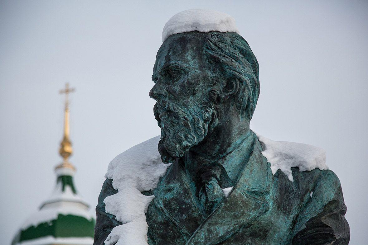 Неподалеку от тюремного замка располагается памятник Федору Достоевскому.