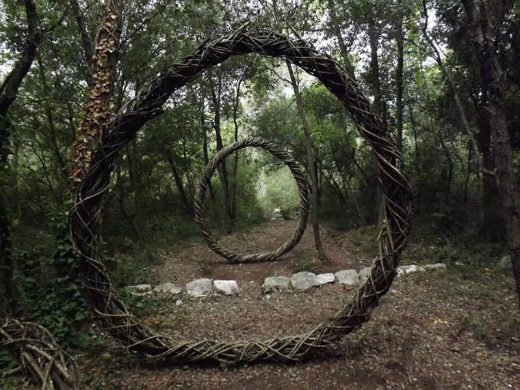 1. Попав в лесную чащу, можно полюбоваться сказочными арками и разнообразными амулетами, созданными