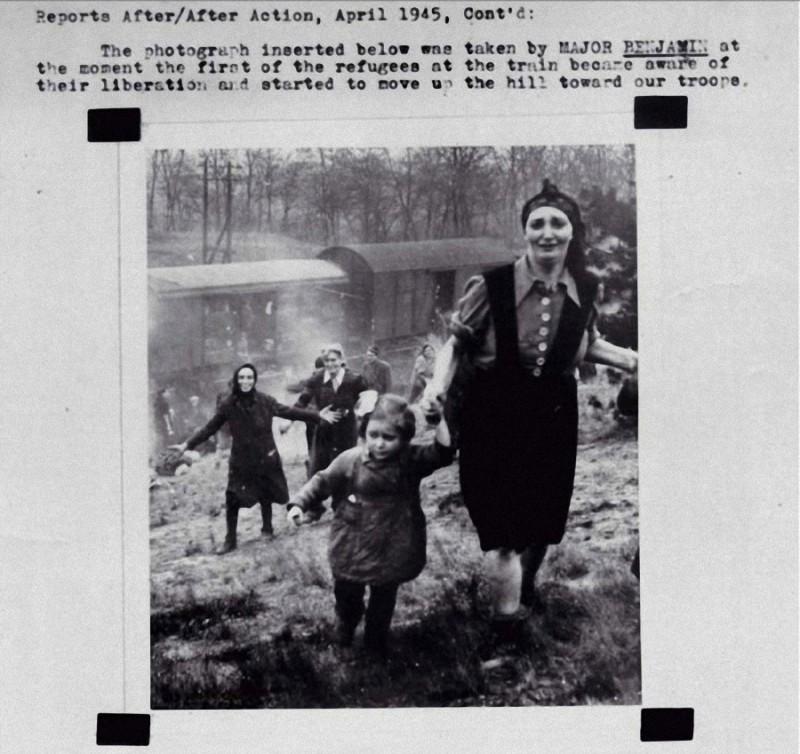 10. Еврейские заключенные в момент освобождения из лагеря. 1945 год.