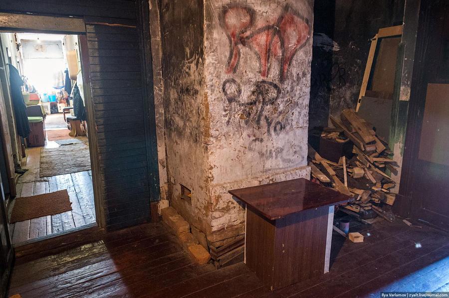 29. При входе — дрова и печка.