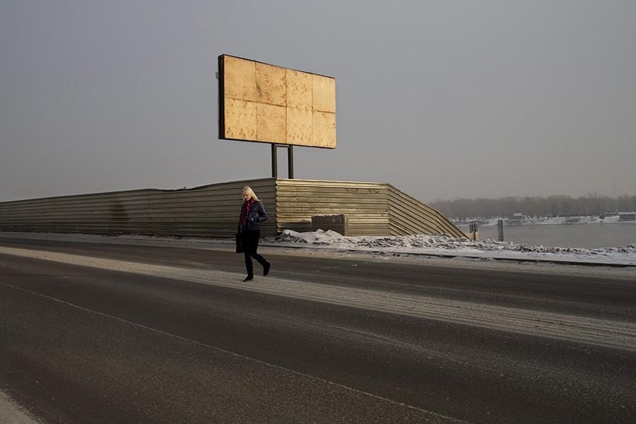 24. Мария переходит замерзшую улицу в Красноярске. Напоминаем, что Fotojoin.ru есть в Twitter , Face