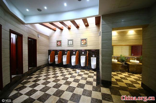 Туалет площадью 150 кв. метров отличается элегантным дизайном и качественными материалами интерьера