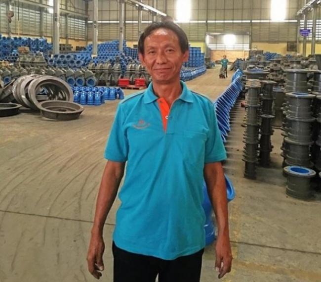 © SWNS  44-летний бездомный таец поимени Варалоп (Waralop) нашел настанции метро кошелек. Не