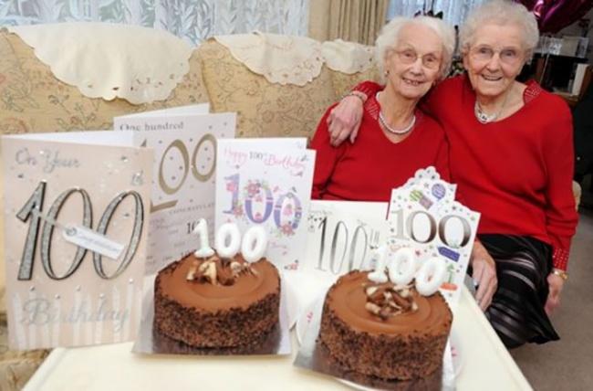© catersnews.com  Нафото старшая издвойняшек, Филлис Джонс— слева, амладшая, Айрин Крамп—