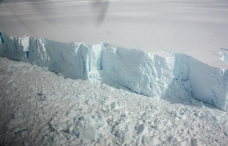 Антарктический ледяной щит является крупнейшим на нашей планете и превосходит ближайший по размеру г