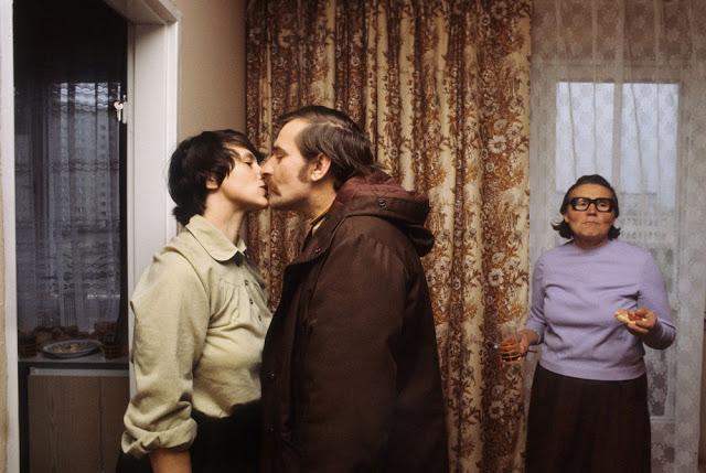 Лех Валенса целует жену перед уходом на работу, 1980 год. Военное положение было введено в декабре 1