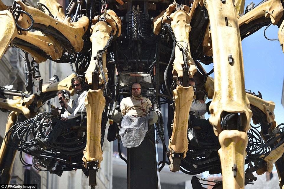 Слон, созданный из 45 тонн стали и древесины, отправляется с пассажирами на увлекательную 45-минутну
