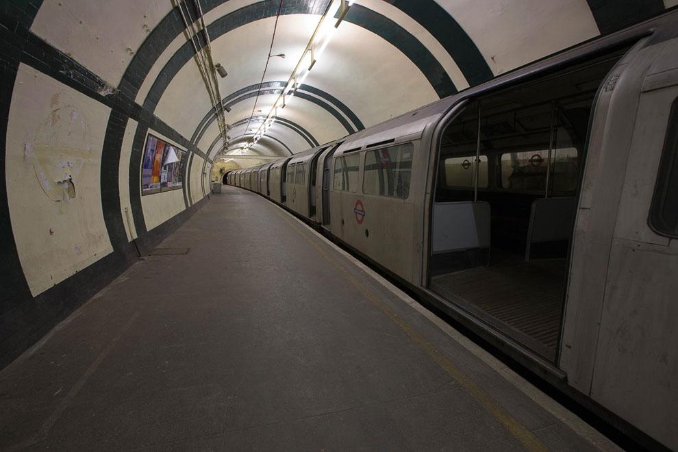 Хитросплетения проводов в метро, Лондон, Великобритания: