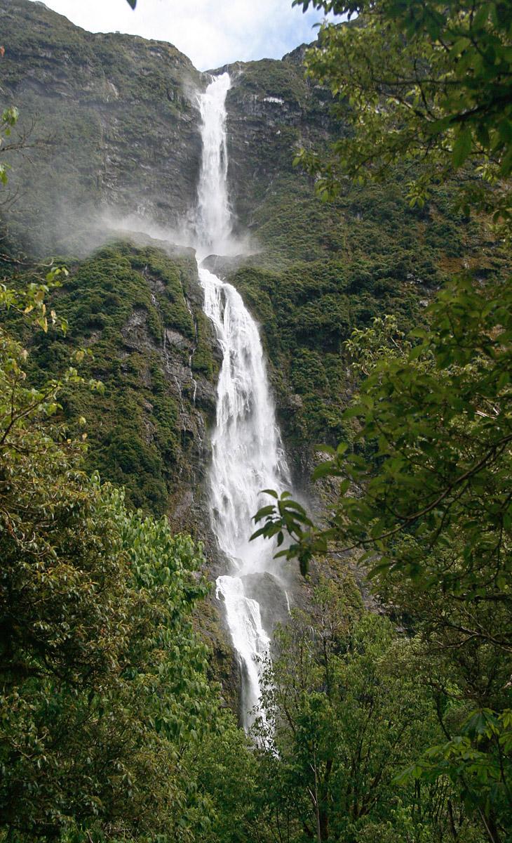 Источник водопада — горное озеро, которое перетекает в реку Артур и низвергается мощным потоком с ве