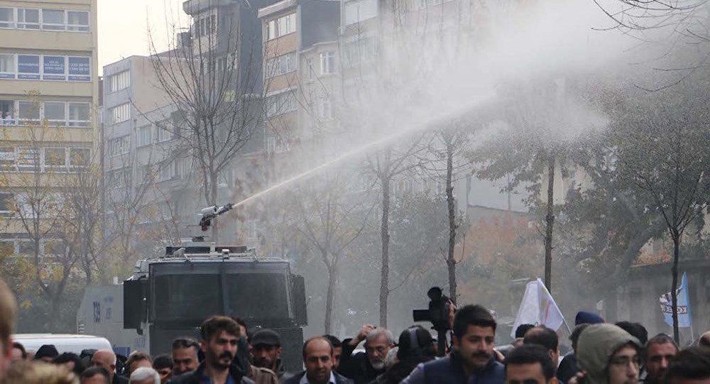 Милиция применила слезоточивый газ для разгона митингующих вСтамбуле